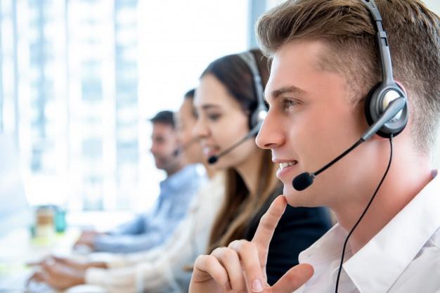 medarbejdere snakker i telefon